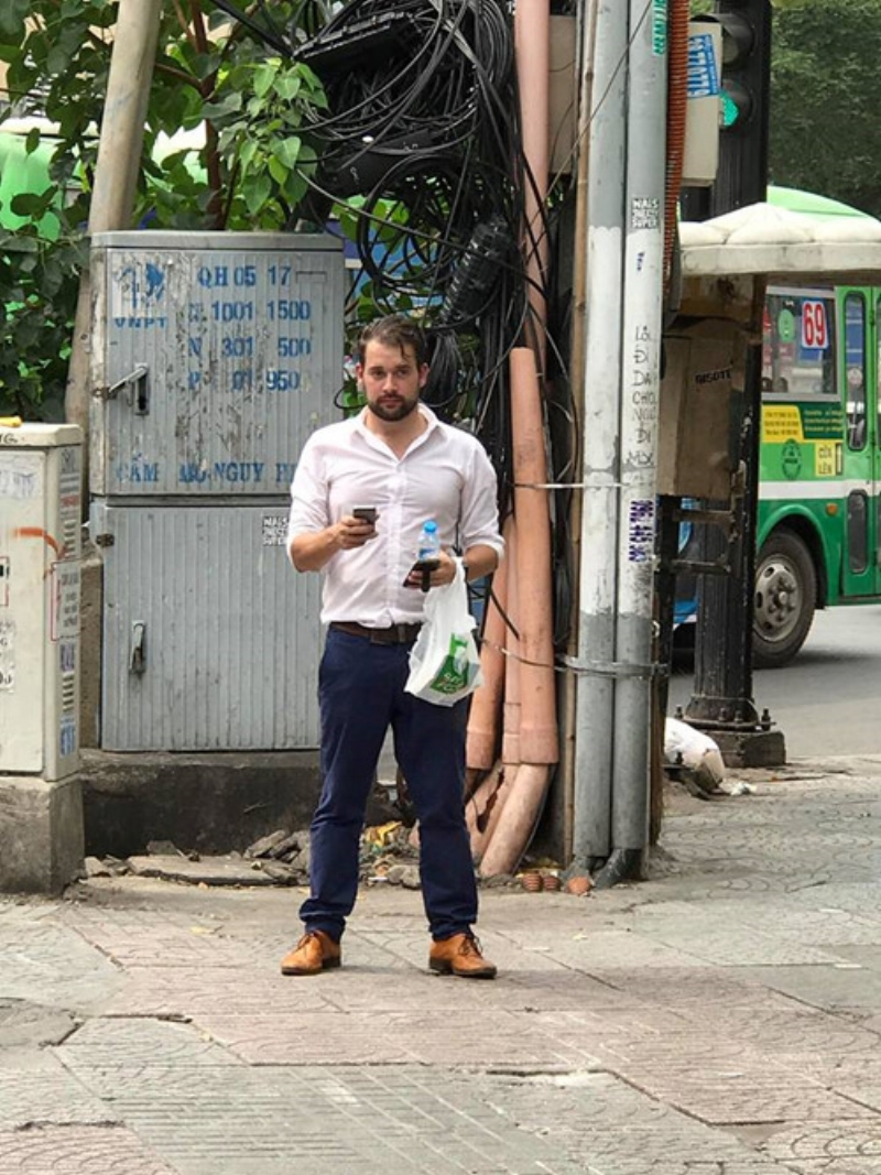 """Ông Tây sau khi mua đồ trong siêu thị gần đó thì bất bình trước cảnh người dân chạy xe máy leo lề nên quyết định """"ra tay làm việc nghĩa"""""""