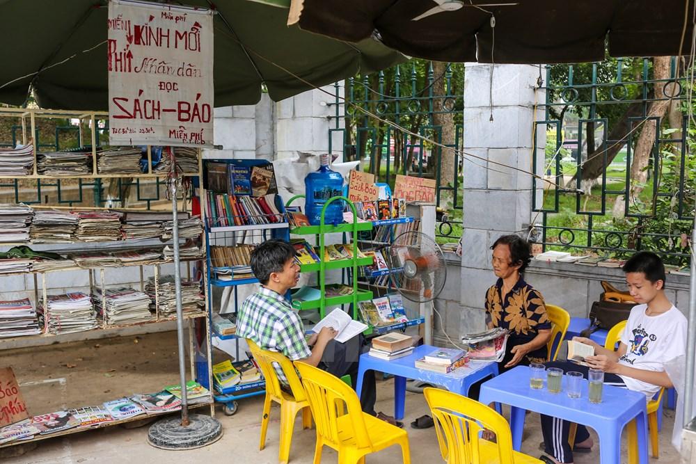 Bắt đầu được gần 5 tháng, quầy báo miễn phí của bà Phạm Thị Huyền Dung, 72 tuổi (trú tại Đặng Tiến Đông, Hà Nội) đã thu hút nhiều người dân Thủ đô tìm đến. (Ảnh: Minh Sơn/Vietnam)