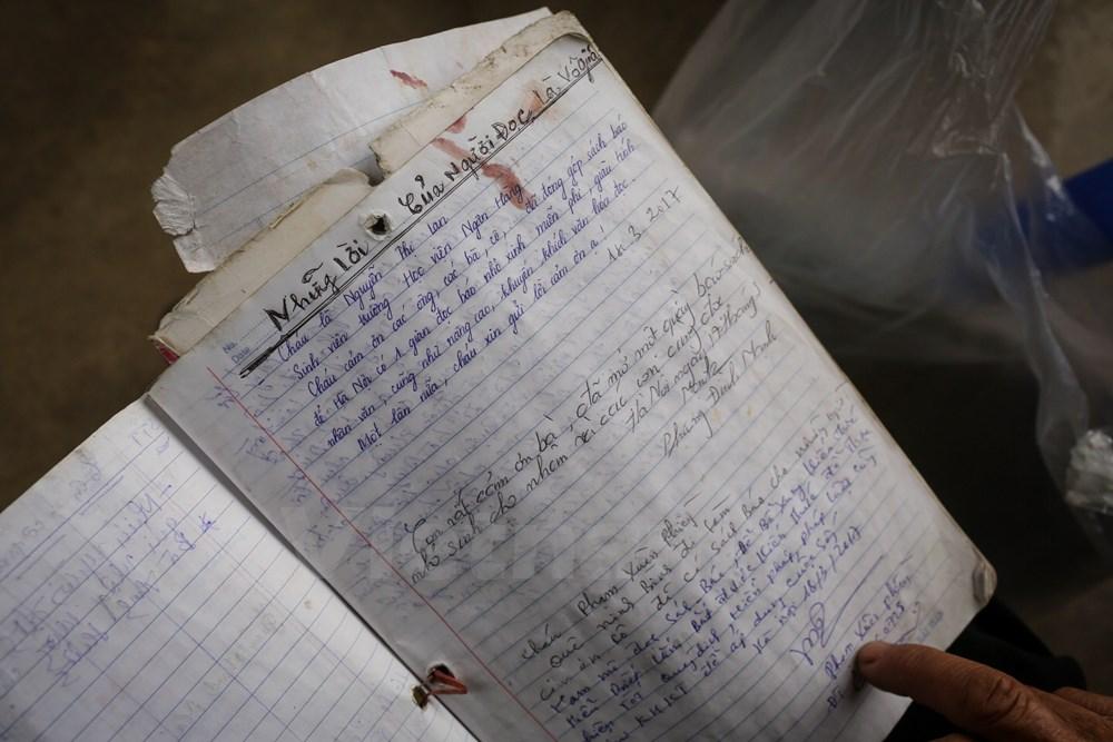 Những người đến đọc sách báo miễn phí tại quầy đều ghi lại lưu bút. Bà Dung cho rằng, mỗi lời góp ý của người đọc đều là vô giá. Nhờ những lời động viên chân thành, công việc của bà thêm phần ý nghĩa. (Ảnh: Minh Sơn/Vietnam)