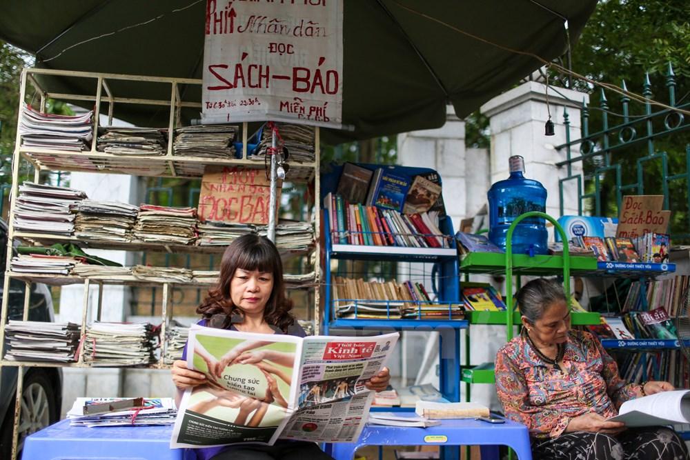 Nhiều người yêu mến, ủng hộ đã lặn lội từ nơi xa đến chỉ để biếu bà những cuốn sách, tờ báo, người thì ủng hộ cái ô, bình nước. Và cứ mỗi ngày, sạp báo của bà lại thêm một cuốn sách, thêm một tiếng cười. (Ảnh: Minh Sơn/Vietnam).  Nhiều người yêu mến, ủng hộ đã lặn lội từ nơi xa đến chỉ để biếu bà những cuốn sách, tờ báo, người thì ủng hộ cái ô, bình nước. Và cứ mỗi ngày, sạp báo của bà lại thêm một cuốn sách, thêm một tiếng cười. (Ảnh: Minh Sơn/Vietnam)