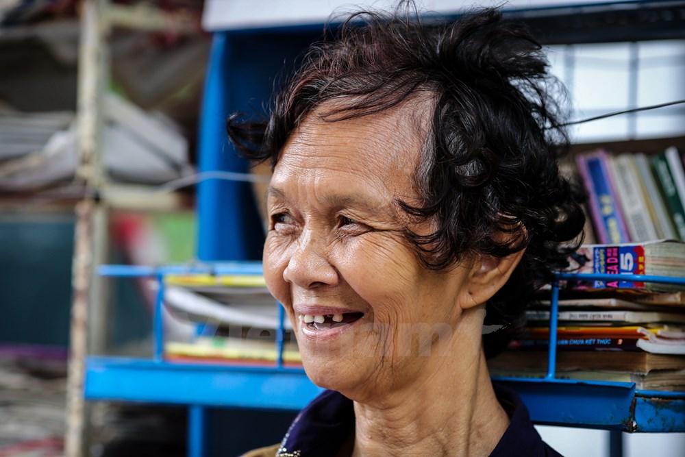Tuy chưa thực sự phong phú, nhưng sạp báo miễn phí của bà Dung đã phần nào nhen nhóm trong lòng các bạn trẻ tình yêu với sách, giúp những người già có thêm niềm vui nho nhỏ mỗi ngày. (Ảnh: Minh Sơn/Vietnam)