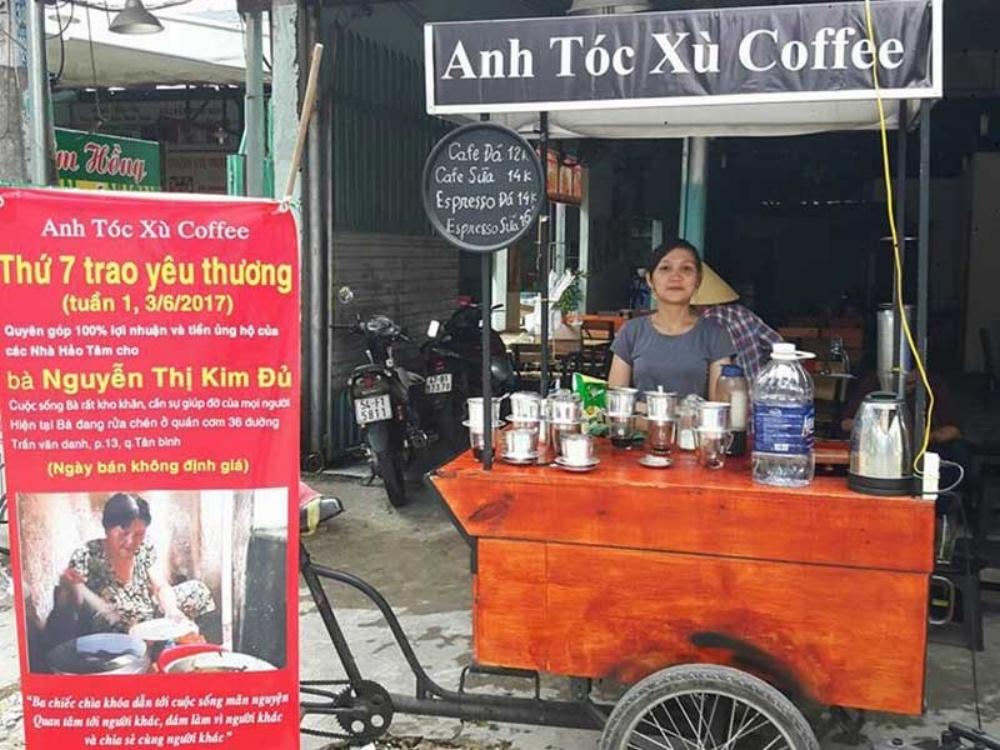 """Quầy cà phê và tấm bảng """"Thứ Bảy trao yêu thương"""", kêu gọi hỗ trợ cho bà Đủ. Ảnh: NQ"""