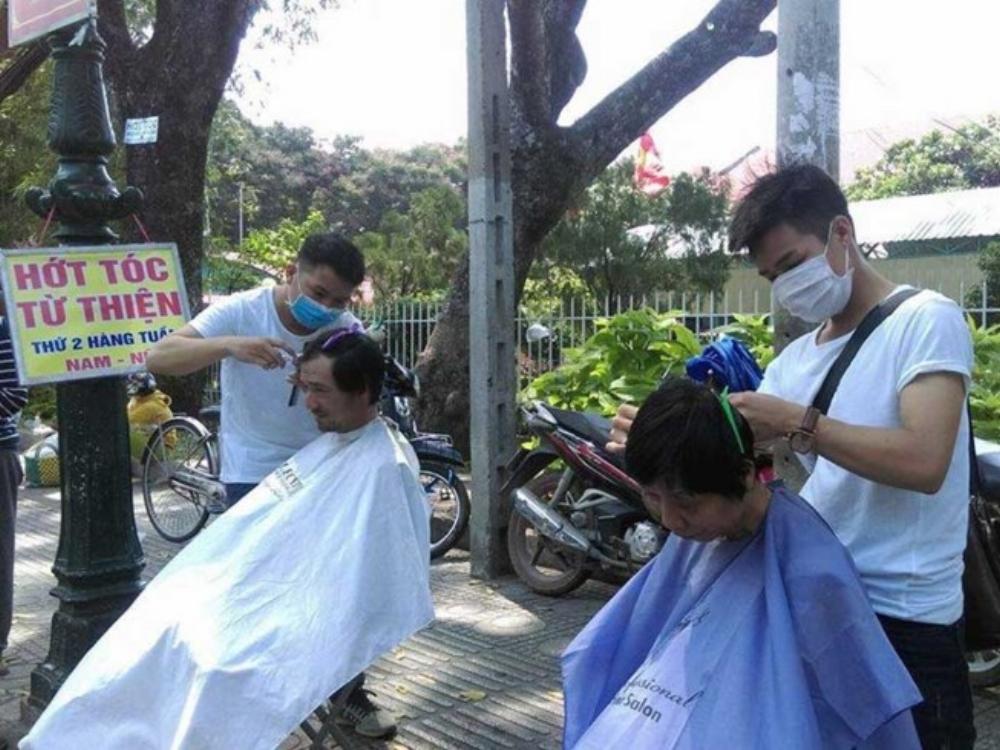 Mỗi thứ Hai hằng tuần, anh Tân  (bìa trái) lại cùng đồng nghiệp lên Sài Gòn hớt tóc miễn phí cho người nghèo. Ảnh: MINH TÂM