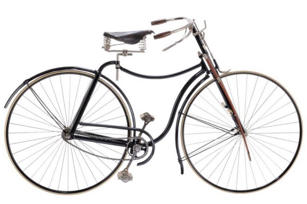 """1884: Phát minh logic tiếp theo là xích truyền động. Chiếc """"Rover III"""" đời 1888 này có gắn roi mây ở càng trước để… đánh chó chạy theo cắn chân người đạp xe!"""