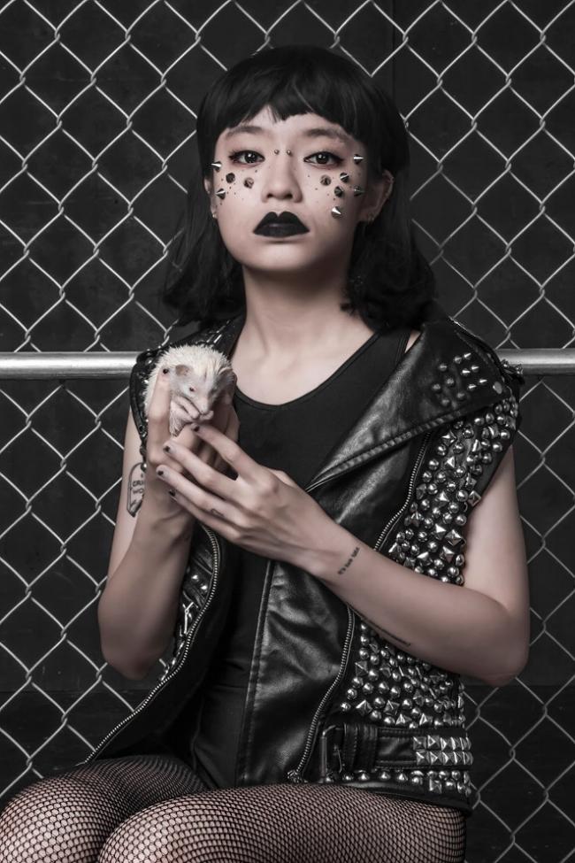 """Plastic- Biểu tượng thời trang Châu Á, """"đầu sách"""" trầm cảm."""
