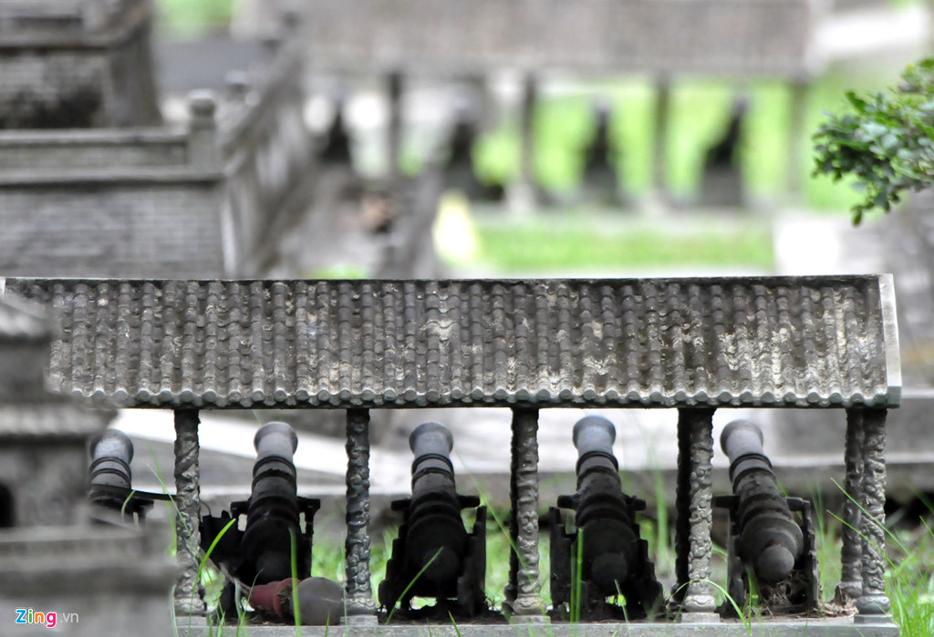 Các dãy súng thần công trong Hoàng thành được đúc đúng khuôn mẫu, dãy cột của mái che dù nhỏ nhưng cũng được điêu khắc tinh xảo với nhiều đường nét phức tạp.