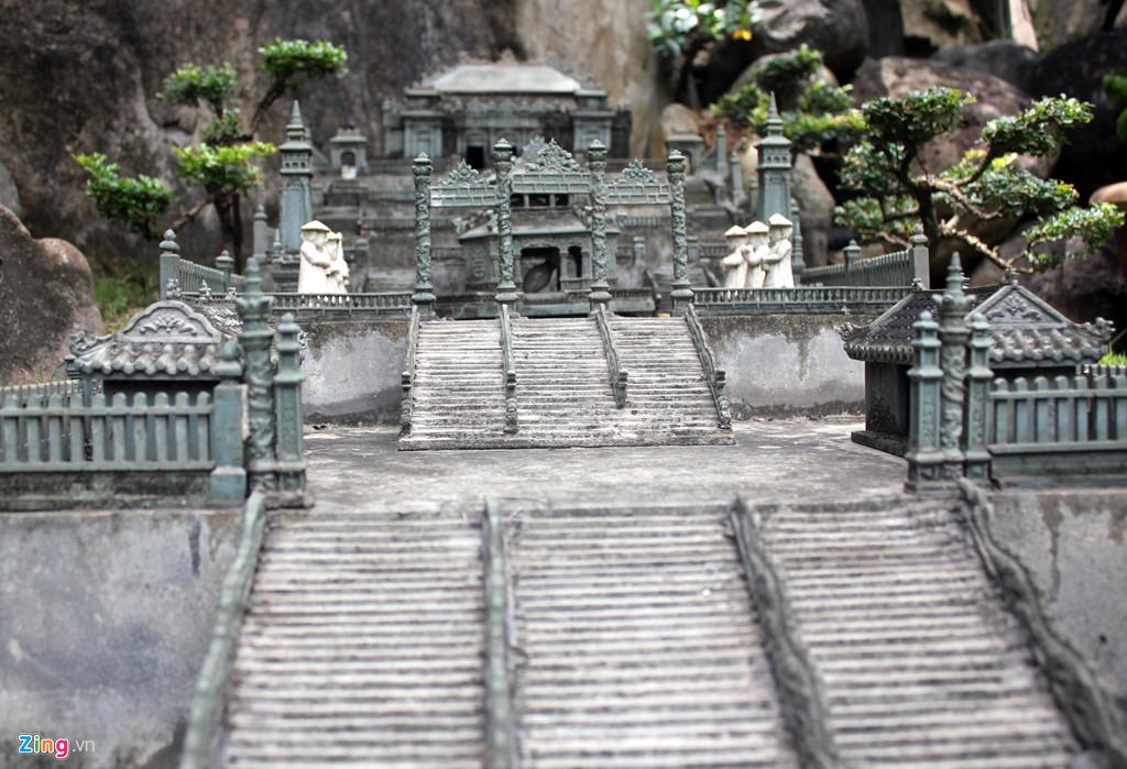 Ngoài Hoàng thành Huế, phía xa xa trong Ngự Lãm viên, anh Tùng còn làm cả chùa Thiên Mụ, điện Hòn Chén cùng lăng tẩm của các vua Gia Long, Minh Mạng, Tự Đức và Khải Định - 4 ông vua anh kính nể nhất. Các công trình này cũng được thiết kế và điêu khắc y như các công trình đang hiện hữu ở cố đô Huế. Trong ảnh,Lăng Khải Định được chạm khắc tinh tế và đẹp mắt.