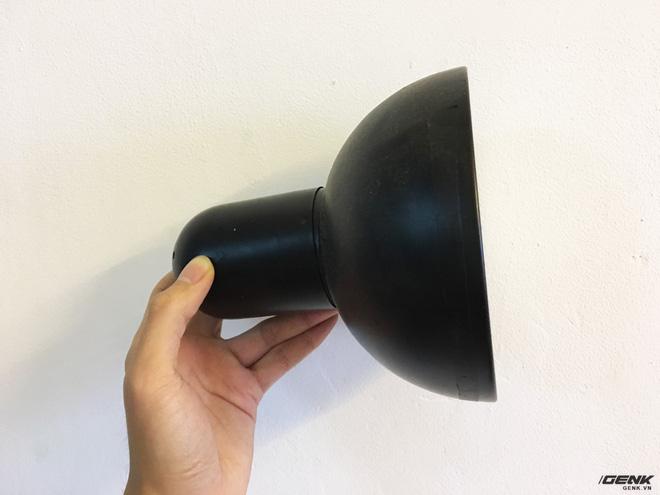Các bạn cần thêm 1 chiếc chóa đèn như thế này để bảo vệ bóng và che phần đui đèn có dây điện lại.