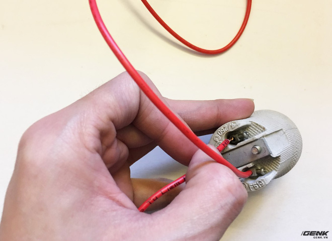 Lần lượt luồn dây vào 2 chân tiếp xúc và vặn ốc