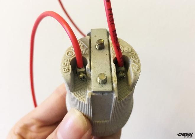 Các bạn cần siết chặt ốc cũng như lắp dây sát như trên tránh để thừa phần dây đồng ra ngoài có thể sẽ gây nguy hiểm.