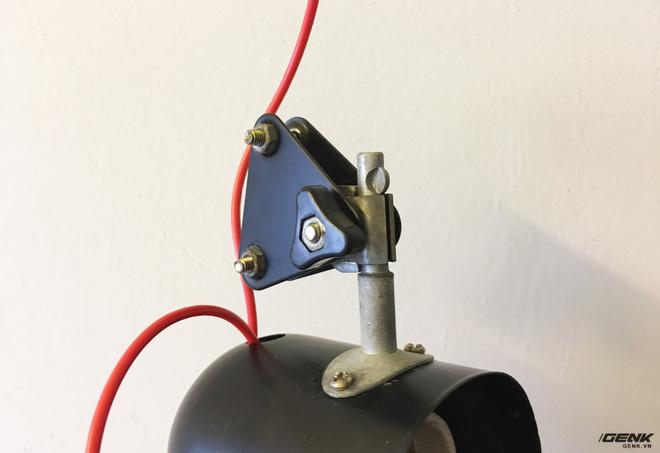 Phần chóa đèn có thể chỉnh được góc độ thông qua đai ốc này.