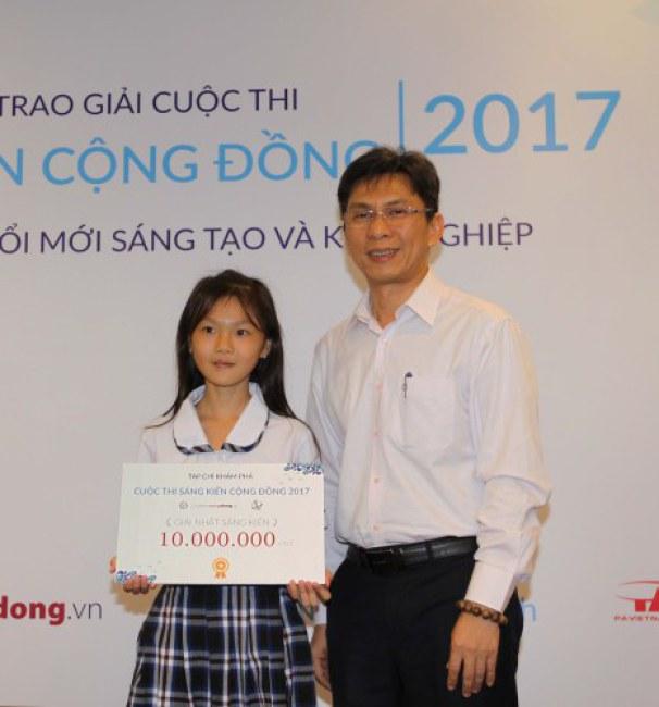 Giái nhất cuộc thi thuộc về nhóm sáng kiến chế áo phao từ chai nhựa của học sinh Cần Giờ.