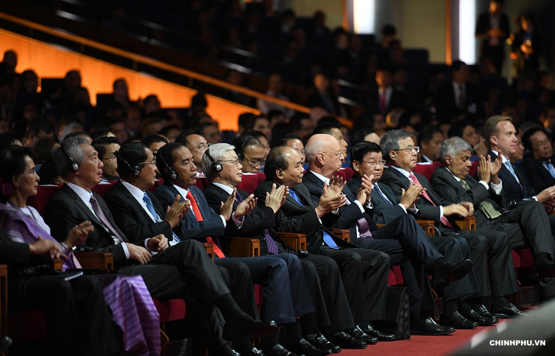 Tổng Bí thư Nguyễn Phú Trọng, các nhà lãnh đạo ASEAN, một số nước trong khu vực, lãnh đạo WEF cùng hơn 1.000 đại biểu dự phiên khai mạc toàn thể. Ảnh: VGP/Quang Hiếu
