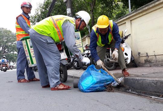 Thông tin vị trí có rác trên miệng hố ga được chuyển đến đội thu gom rác di động để dọn dẹp .