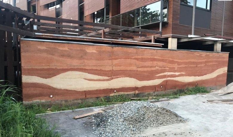 Không cần sơn, chính cách trộn đất sẽ giúp tường đất nện có được những hoa văn đẹp mắt.