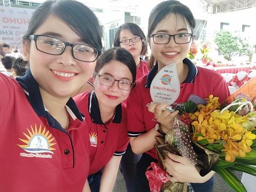 Nguyễn Bảo Ngọc (phải) cùng với các thành viên nhóm có ước mơ xây dựng thương hiệu nước mắm truyền thống của Việt Nam.
