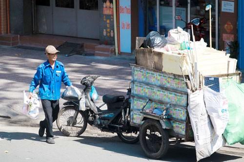 Người thu gom rác dân lập đối diện với nhiều nguy cơ bệnh tật và tai nạn lao động. Ảnh: HOÀNG TRIỀU .