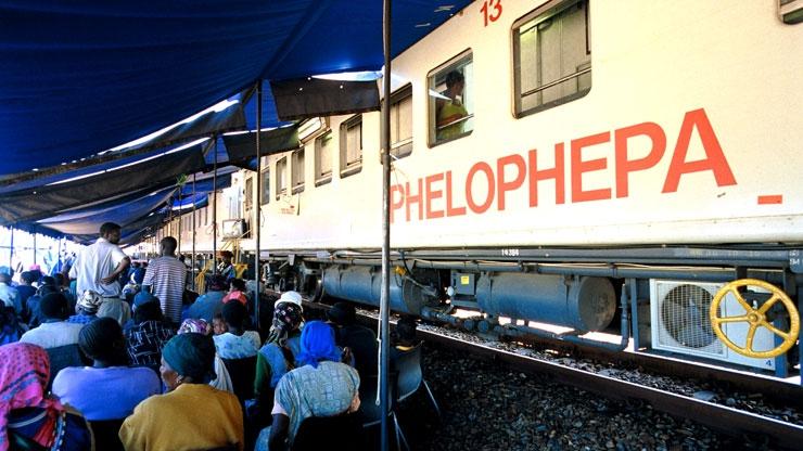 Người dân xếp hàng chờ đợi Bệnh viện trên xe lửa Phelophepa One.