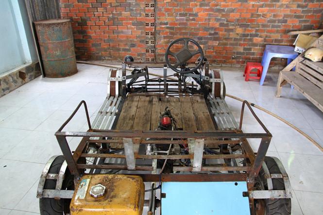 Theo ông Quang, chiếc xe có khung hình gần giống với xe ô tô thể thao với gầm thấp và phần đầu được uốn cong lại .