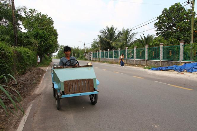 Ông Quang trong một lần đậu xe trước nhà.