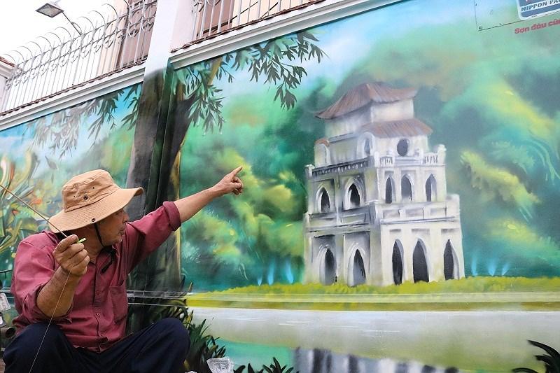 """Chú Tý, người bán đồ chơi dân gian trước cổng trường nói: """"Hình này chắc là Hồ Gươm ha, tự nhiên ngồi ở Sài Gòn mà nhìn vầy thì cảm giác như mình cũng được đi di lịch""""  ."""