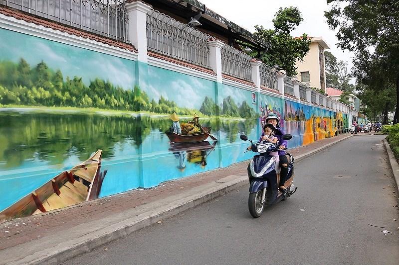 Quê hương ba miền, với sông nước, những chiếc thuyền nhỏ... đều được các bạn luân phiên thể hiện trên bức tường dài 60 mét .