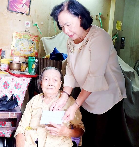 Dì Phương Ngọc Hạnh tới thăm và tặng quà bà Châu Thị Tố.