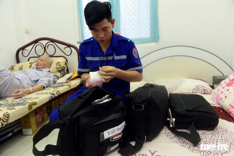 Túi đựng thuốc của các bác sĩ đầy đủ và gọn nhẹ - Ảnh: Duyên Phan.