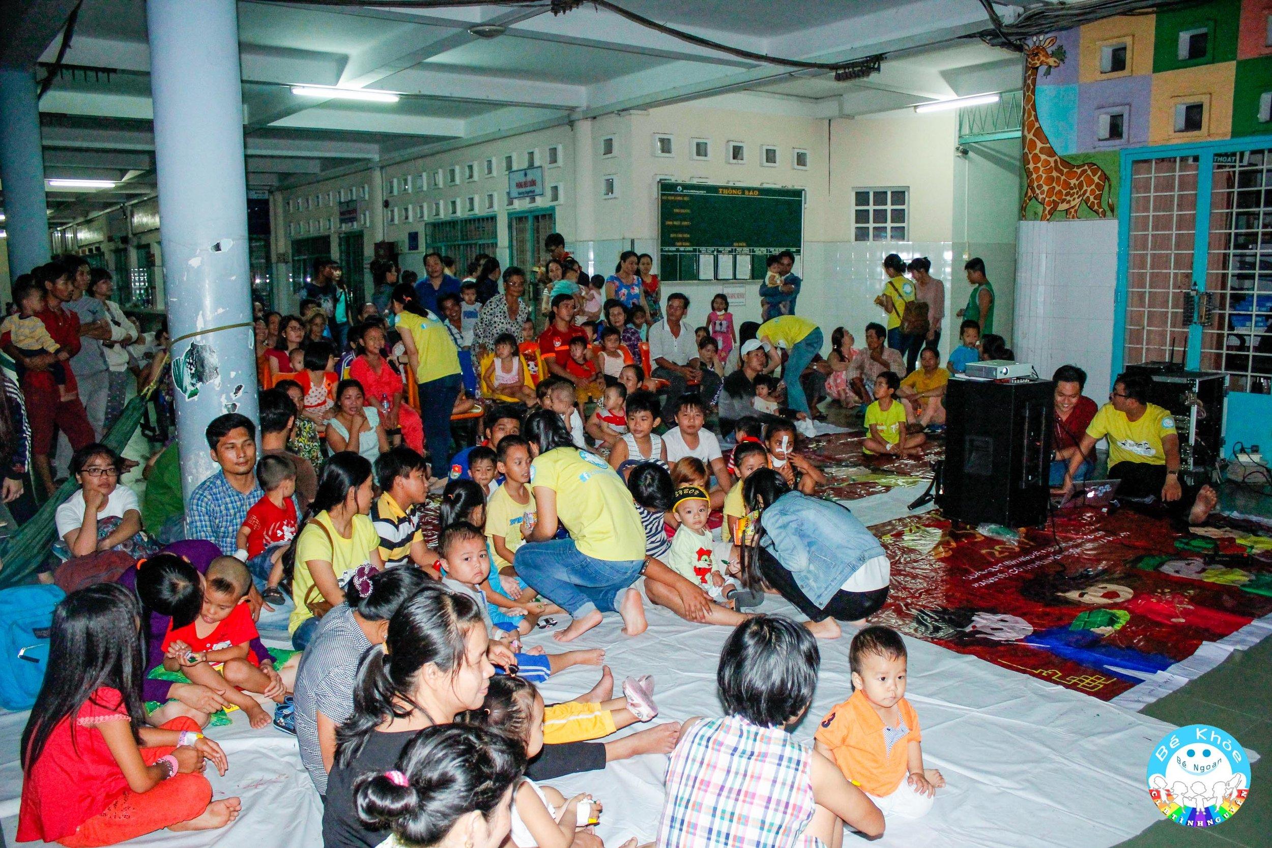"""Rất đông trẻ em tham dự chương trình của """"Rạp hát cổ tích""""."""