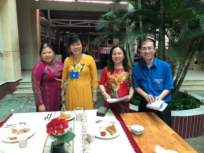 Giáo viên Lê Thiên Phúc cùng với các thầy cô tổ Anh và Hóa chấm điểm sản phẩm món ăn, chấm điểm phần trang trí thiết kế bàn ăn của các Em học sinh trong tiết dạy học STEM.