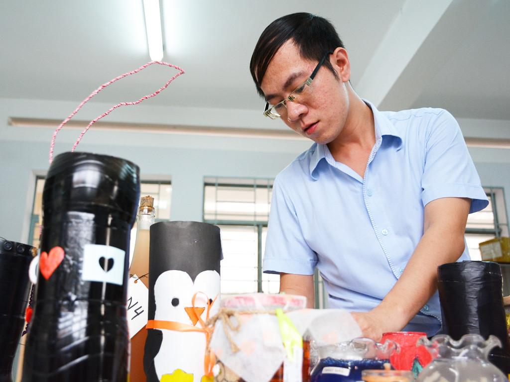 """Thầy Lê Thiên Phúc đang chỉnh sửa sản phẩm của dự án: """"Phòng chống muỗi học đường""""."""