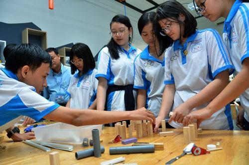 Hiện TP.HCM đang xây dựng chương trình, tiết học tự chọn trong nhà trường về STEM, Robot để các em vừa chơi và học. Ảnh: Học sinh Trường THPT Trần Hữu Trang trong giờ học STEM. Nguồn:NLĐ.