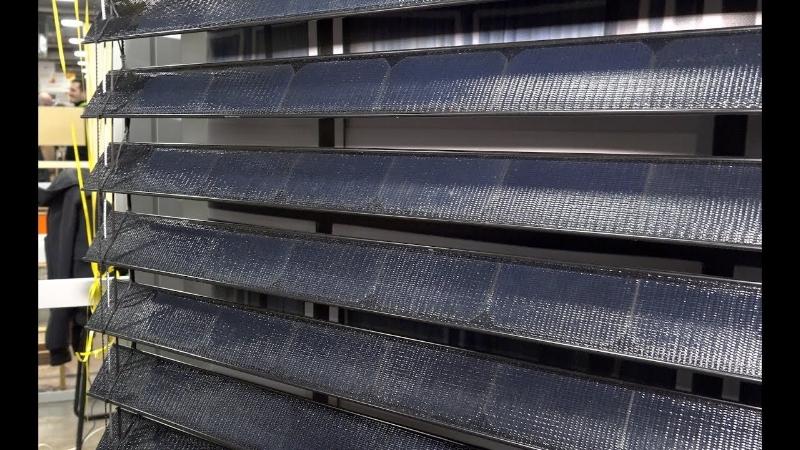 Mỗi thanh rèm đều được tích hợp Modul quang điện và cảm biến ánh sáng để rèm tự xoay theo hướng mặt trời, nhờ đó hấp thu được tối đa năng lượng.