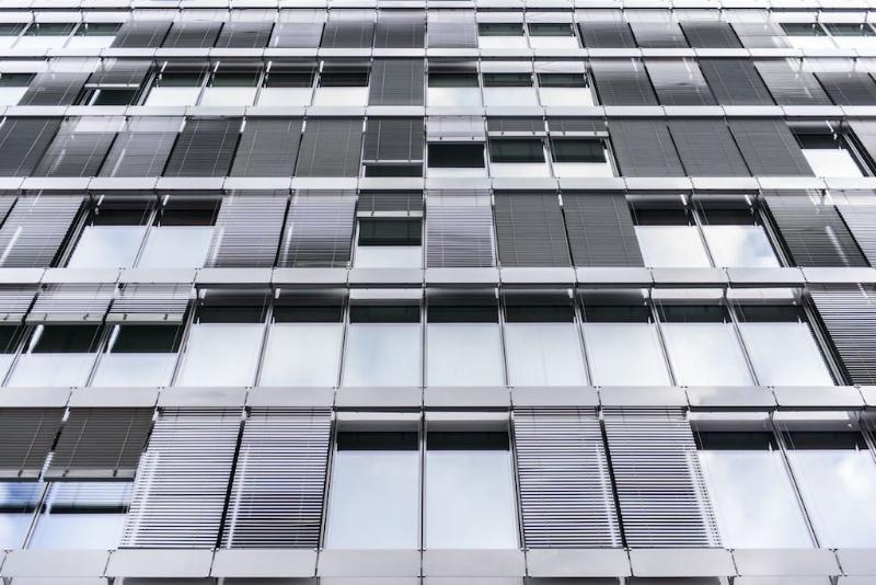 Ưu việt hơn các tấm pin mặt trời lắp trên mái nhà, rèm cửa sổ Solar Gaps có thể hấp thụ cả những tia sáng tầm thấp.