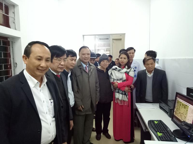 Các nhà tài trợ, lãnh đạo UBND huyện Hương Sơn tham quan hệ thống máy xử lý tế bào tầm soát ung thư cổ tử cung tại BVĐK huyện Hương Sơn.