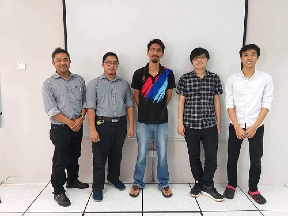 Tôn Thất Bảo (thứ 2 từ phải sang) và Nguyễn Trung Tín (bìa phải) đã cùng với những người bạn Brunei xây dựng một phần mềm hữu ích cho đất nước này. Ảnh: NVCC.