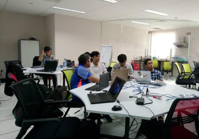 Nhóm sinh viên làm việc tại phòng lab của Trung tâm đào tạo công nghệ FPT UBD tại Brunei. Ảnh: NVCC.