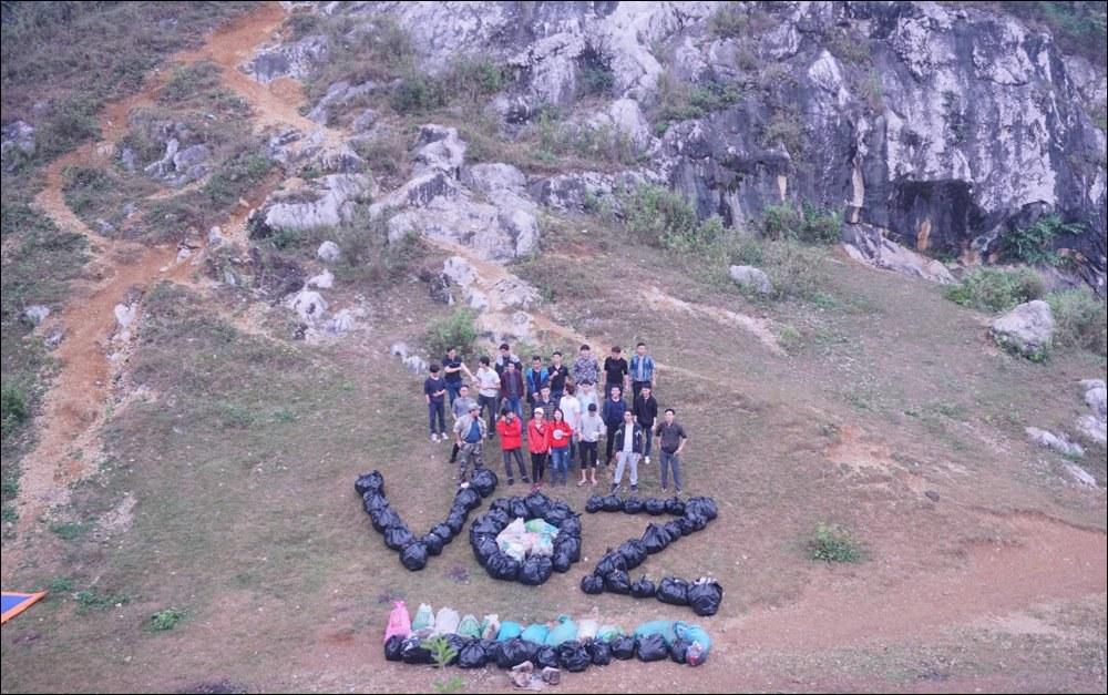 Các thành viên Voz sau khi hoàn thành dọn rác trên núi Trầm - Ảnh: Voz