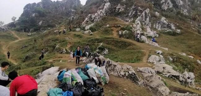 Mọi người đang dọn dẹp trên một vùng núi Trầm - Ảnh: Voz