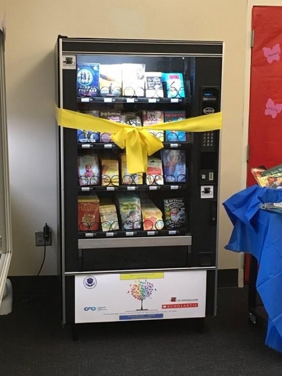 Máy bán sách tự động được lắp đặt ở một trường công lập. Điều đặc biệt, trẻ có thể lấy sách miễn phí mỗi khi được cấp mã.
