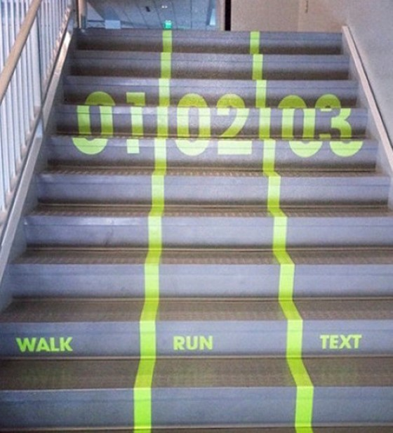 Nếu ghét bị chặn lại bởi những người đi chậm, cầu thang của trường học này phù hợp cho bạn với làn chạy và đi bộ được chia cách riêng biệt.