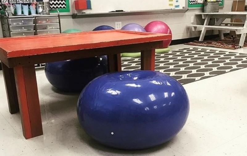Những chiếc ghế ngồi đặc biệt được một giáo viên đặt trong lớp nhằm đem lại thoải mái và linh hoạt cho học sinh.