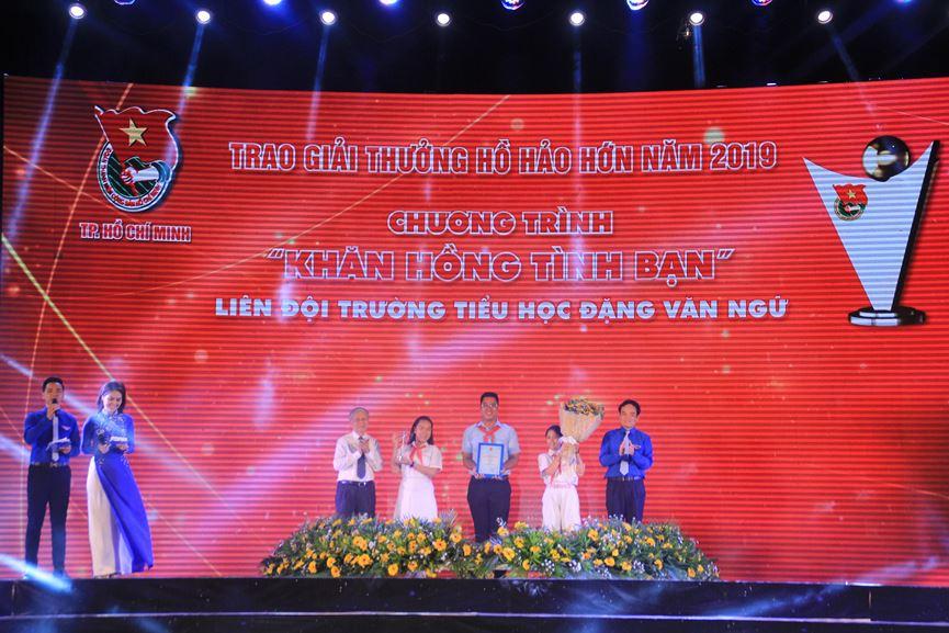 Phó Bí thư Thường trực Thành ủy TPHCM Trần Lưu Quang trao giải thưởng Hồ Hảo Hớn cho đại diện Liên đội Trường TH Đặng Văn Ngữ