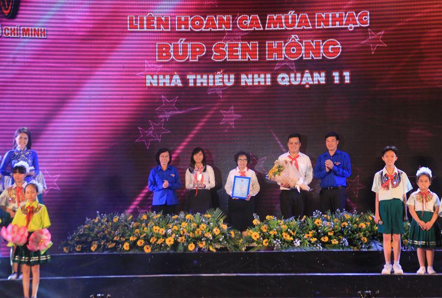 Bí thư thứ nhất Trung ương Đoàn trao giải thưởng Hồ Hảo Hớn cho đại diện Nhà thiếu nhi Quận 11