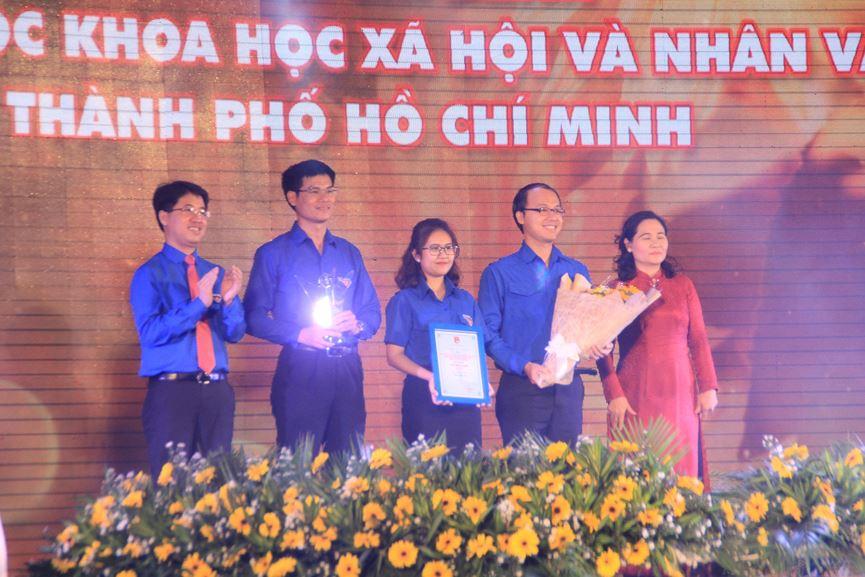 Đại diện lãnh đạo Đoàn trường ĐH Khoa học Xã hội và Nhân văn TPHCM nhận giải thưởng Hồ Hảo Hớn năm 2019