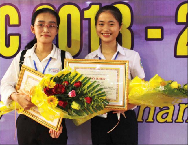 Với sản phẩm giấy chống thấm, hai bạn đã đã giành giải Nhất cuộc thi Khoa học Kỹ thuật dành cho học sinh trung học tỉnh Thừa Thiên Huế năm 2018 và giải Tư cuộc thi Khoa học Kỹ thuật cấp Quốc gia dành cho học sinh trung học khu vực phía Bắc năm 2018-2019. Ảnh: NVCC