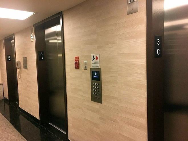 Bạn được chọn luôn tầng cần tới từ khi đứng đợi, sau đó được chỉ định nên đi thang bên trái hay bên phải để tiết kiệm thời gian