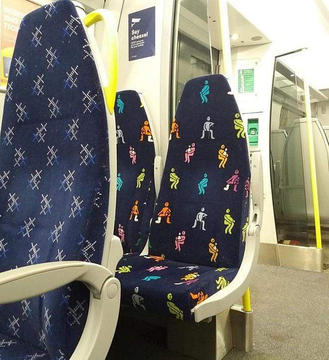 Dãy ghế trên tàu điện ngầm có in sẵn hình những đối tượng cần được ưu tiên