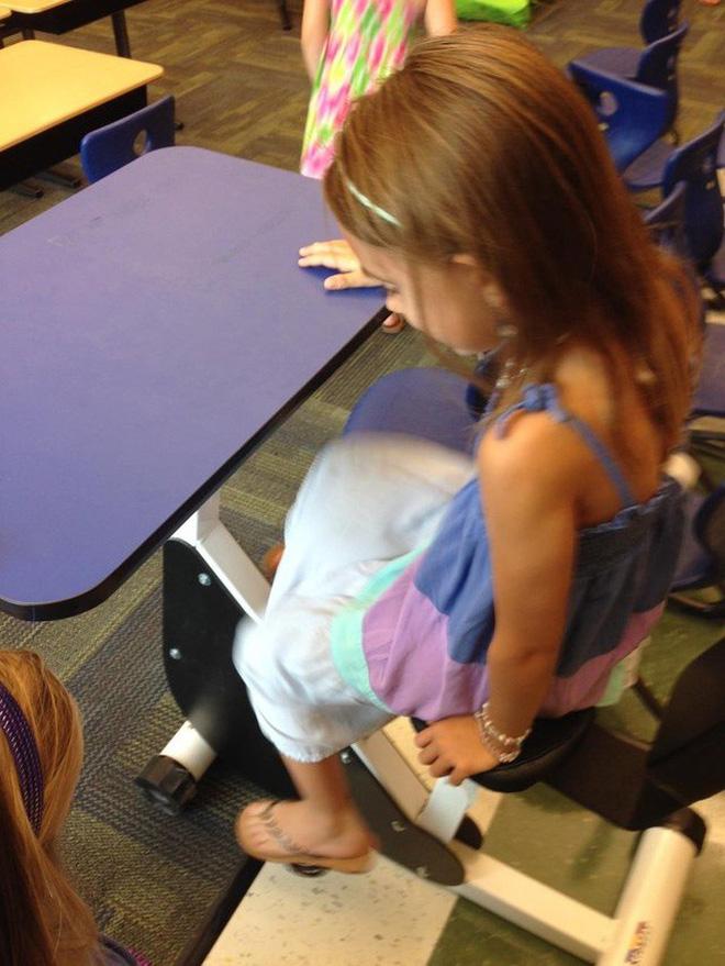 Bàn học ở một trường cấp 1 có sẵn pê-đan để lũ trẻ vừa ngồi vừa tập thể dục