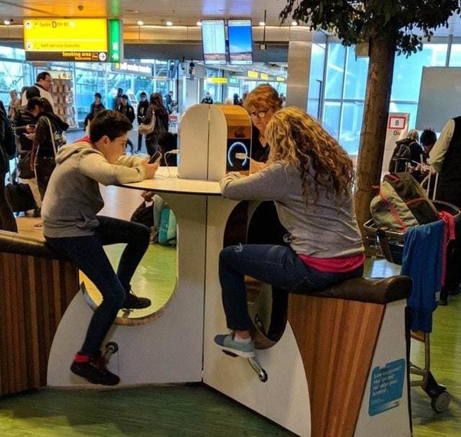 """Khu sạc điện thoại trong một siêu thị, dùng luôn năng lượng """"căng hải"""" của khách tham quan, lợi cả đôi đường!"""